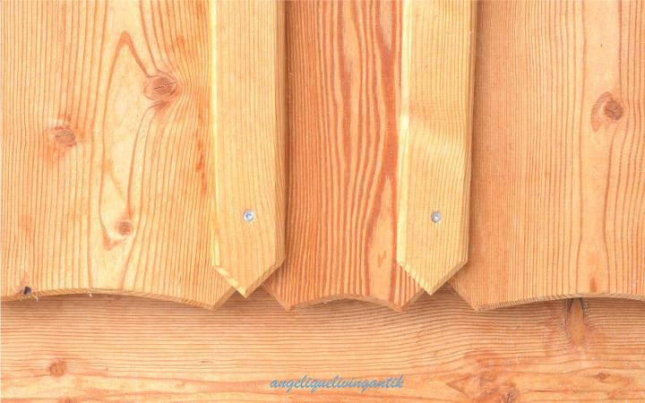 Holzfassade unterer Abschluß der Lärchenbretter