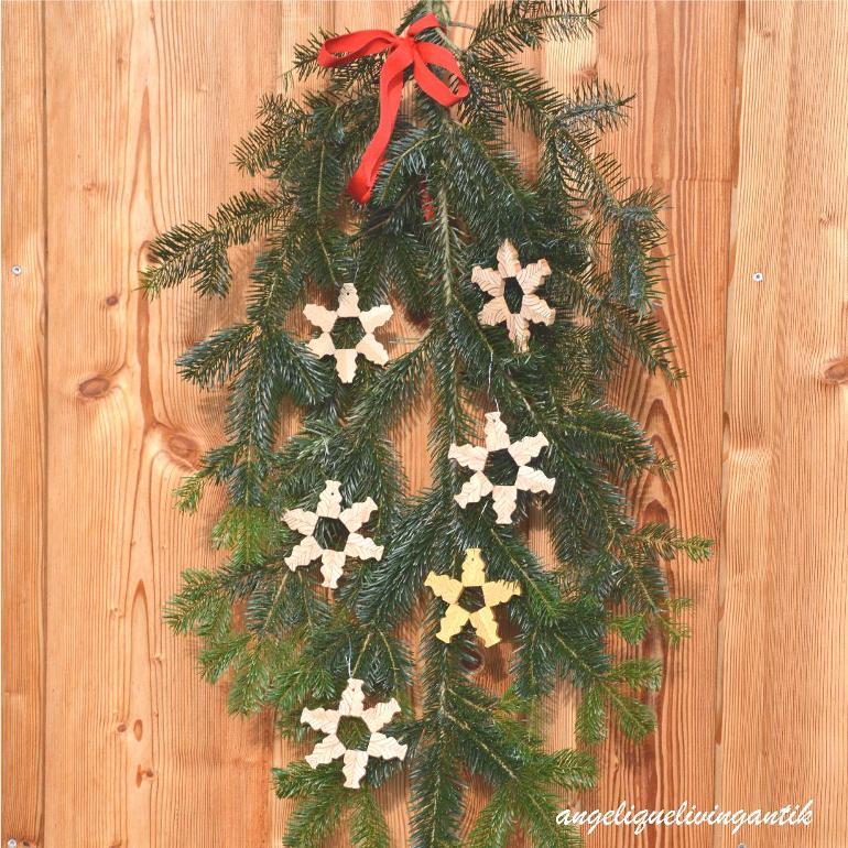 Weihnachtssterne auf einem Tannenzweig