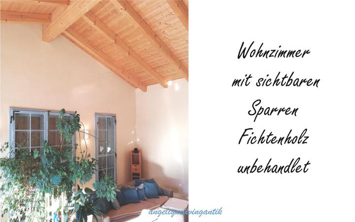 angeliquelivingantik Wohnzimmer mit sichtbaren Sparren